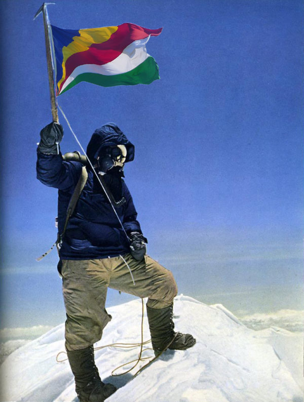 whatsaflag everest 600x794 THE FLAGS OF CHARLES FLAGRANZ
